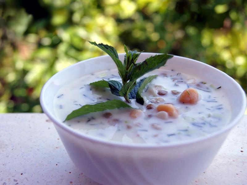 Sıcak Yaz Günlerinde Hem Serinlemek Hem de Karın Doyurmak için Soğuk Çorbalar İçebilirsiniz